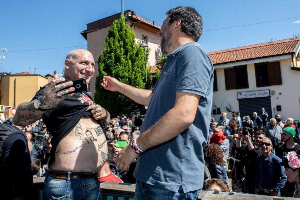 Il volto di Salvini tatuato nella pancia accanto all'aquila che richiama il Reich