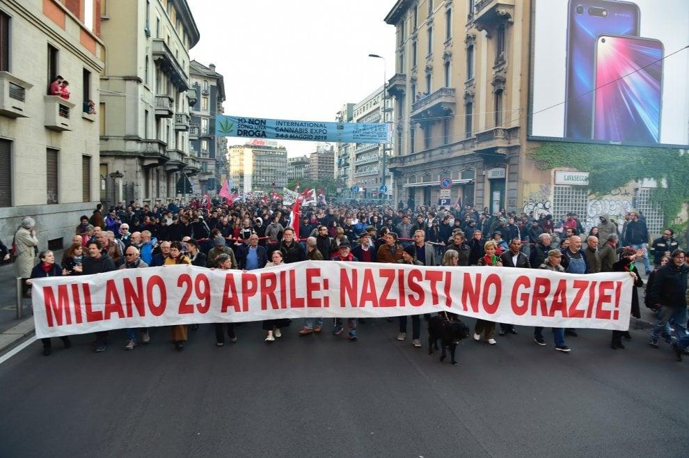 """""""Nazisti no grazie"""": a Milano sfila il corteo contro la parata nera per Ramelli"""