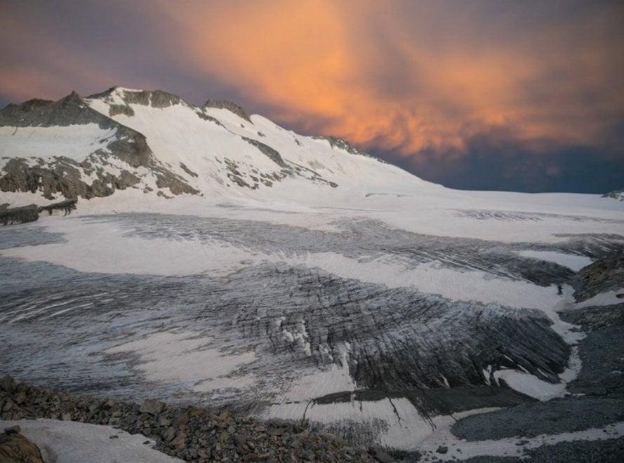 Albe sfumate di rosa e tempeste di neve: lo spettacolo del ghiacciaio dell'Adamello