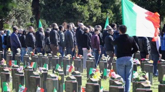 Saluti romani al cimitero Maggiore di Milano: assolti quattro militanti di Lealtà Azione