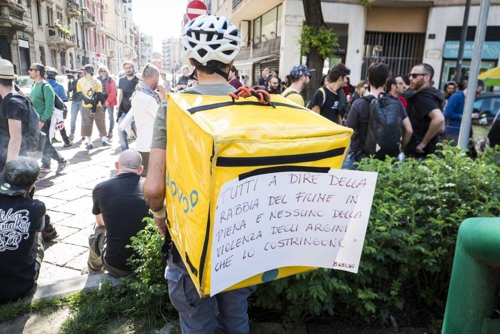 Milano, il sit-in dei rider davanti alla sede di Glovo