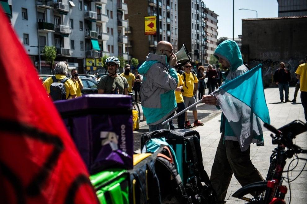 Milano, il sit-in dei rider davanti alla sede di Glovo ...