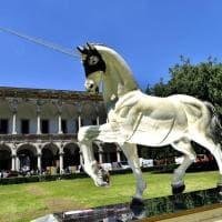 Milano, il cavallo di design 'Narciso' svetta nel cortile della Statale