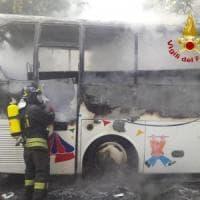 Monza, lo scuolabus prende fuoco: completamente bruciato in pochi minuti