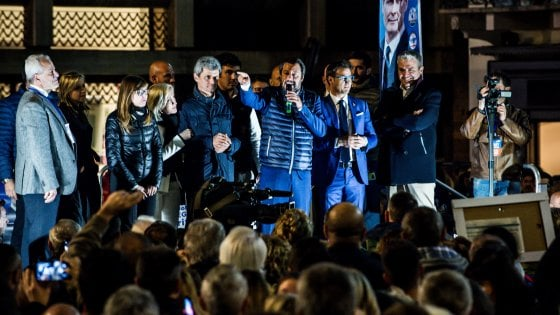 """Matteo Salvini a Pavia, la minaccia ai contestatori: """"Chiuderemo i centri sociali, inutili come i campi Rom"""""""