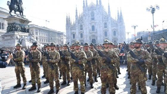 Adunata degli Alpini a Milano, via alle celebrazioni in piazza Duomo. Vandalizzate le vetrine della loro sede