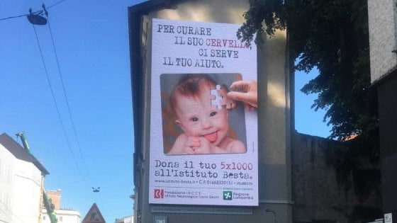 """""""Offende i down, la loro sindrome non è una malattia"""": bufera a Milano sulla pubblicità dell'istituto Besta"""