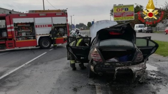 Passa un'auto in fiamme davanti alla caserma dei pompieri, che la inseguono e poi spengono l'incendio