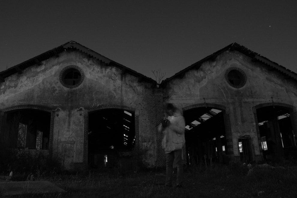 """I """"Depositati"""", volti e storie di chi vive nel limbo del vecchio scalo ferroviario"""