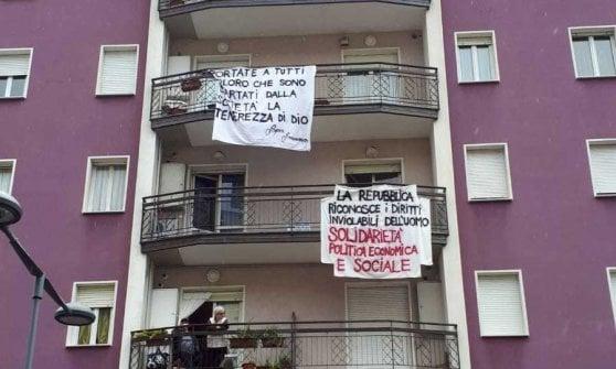 """Salvini in tour nel Bergamasco, striscione """"Non sei il benvenuto"""" rimosso. I vigili del fuoco: """"Decisione della questura"""""""