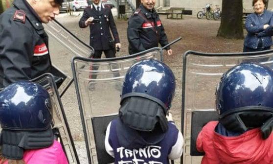 Cremona, bambini in visita alla caserma dei carabinieri: polemiche per le foto con caschi e scudi