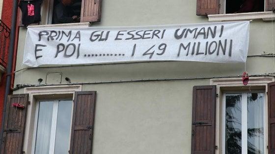 """Sabato Salvini a Milano con i leader sovranisti, ad """"accoglierli"""" i lenzuoli con slogan di protesta"""