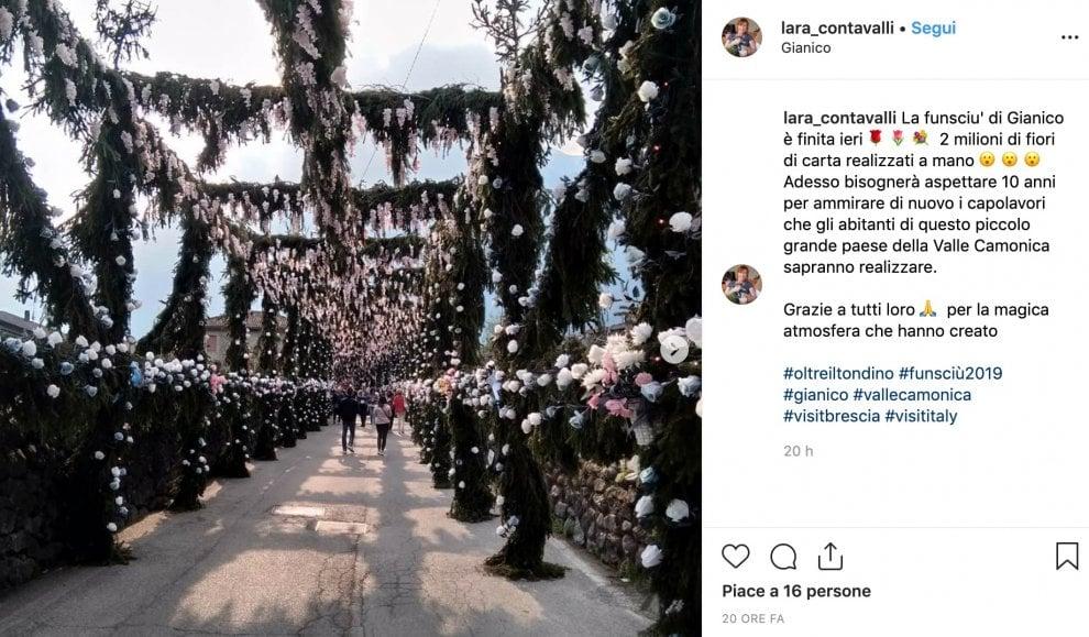 I fiori di carta invadono il borgo medievale nel Bresciano: è la 'Funsciù' amata da fedeli e turisti