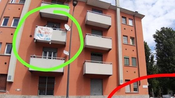 Striscione contro Salvini su un balcone a Milano, la polizia identifica il proprietario: rischia una denuncia