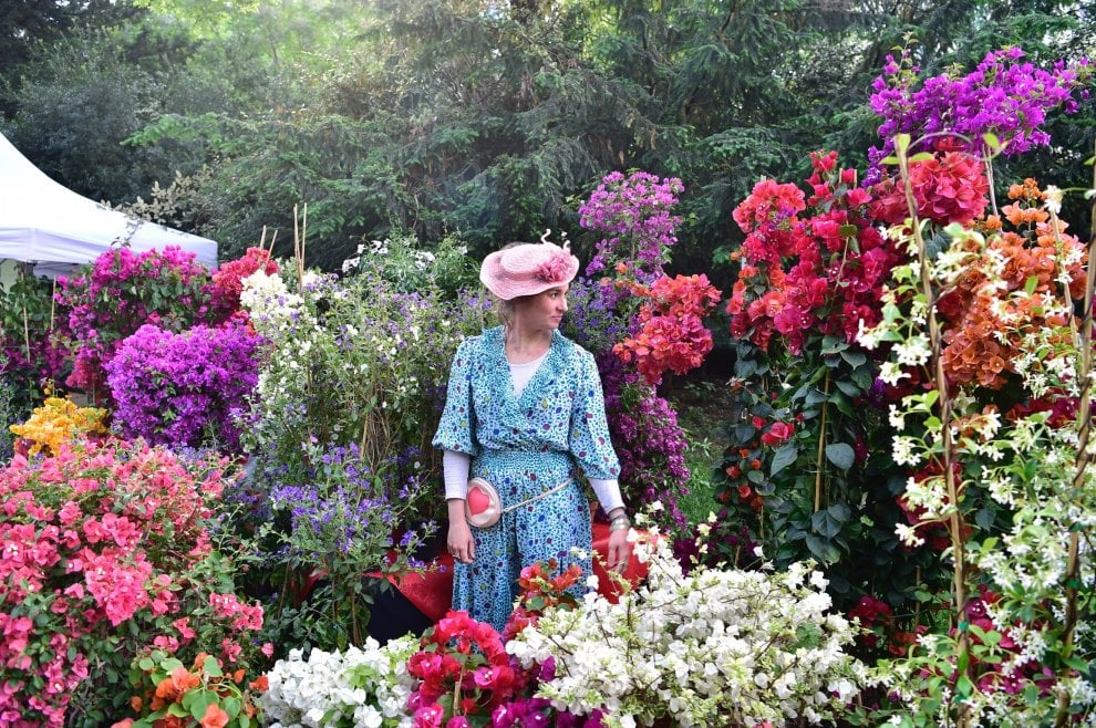 Cappelli fioriti e abiti in tema: la festa di inaugurazione di Orticola a Milano