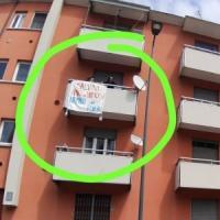 Espone striscione a Milano con la scritta