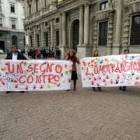 Omofobia, stalking e minacce contro il vicino di casa: arrestato 50enne a Milano