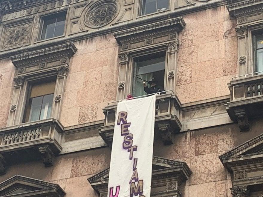 """Zorro a Milano, l'ironia per il comizio di Salvini: srotola lo striscione """"Restiamo umani"""" in piazza Duomo"""