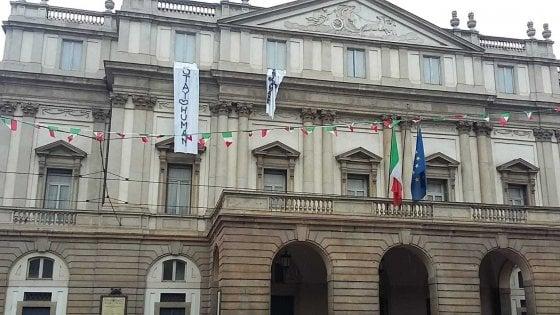 """""""Restiamo umani"""": lo striscione anti-Salvini sventola sulla Scala di Milano nel giorno del comizio dei sovranisti"""