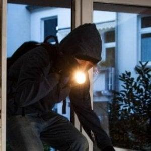 Milano, furto da 250 mila euro: i ladri calano la cassaforte con una corda fatta di abiti e lenzuola
