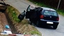 Le telecamere incastrano il 'lanciatore seriale' di spazzatura dall'auto