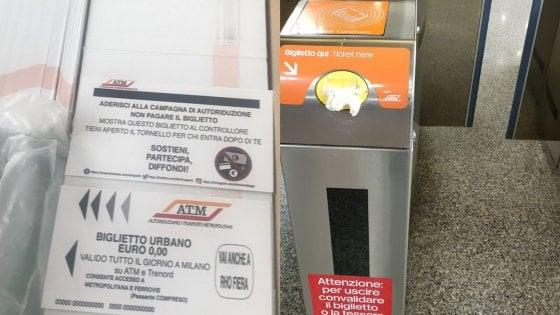 Blitz contro il caro ticket in metrò a Milano: bloccati i tornelli, danni per 70mila euro