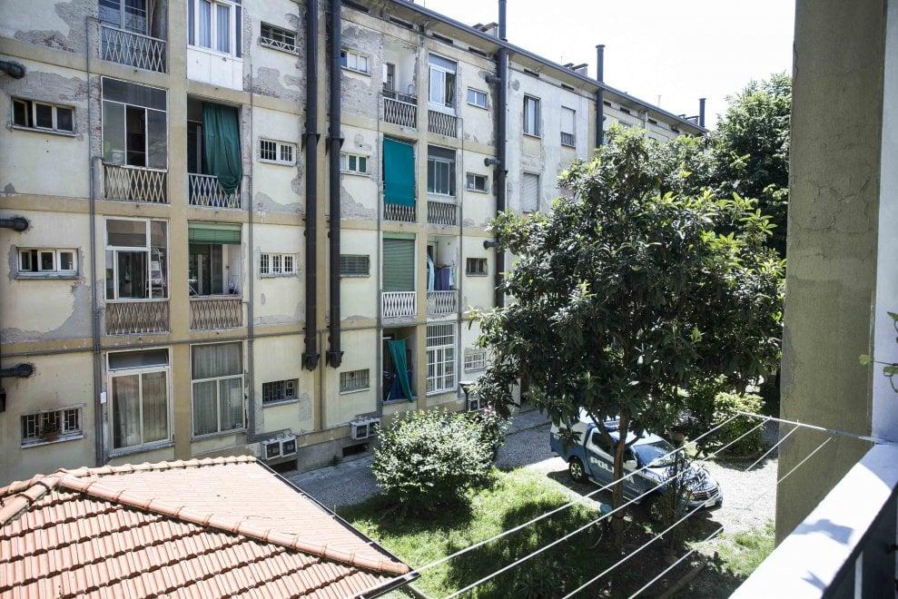 Milano, morto in casa bimbo di due anni: la scientifica nell'appartamento per i rilievi
