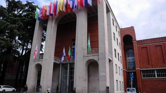 Milano, muore precipitando dalla scala esterna della Triennale: probabile suicidio. Sospeso uno spettacolo
