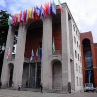 Milano, muore precipitando dalla scala esterna della Triennale: probabile
