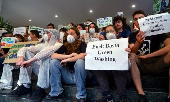 """Studenti occupano sede Enel di Milano: """"Chiudere la centrale a carbone di Civitavecchia"""""""