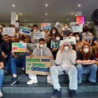 Studenti occupano sede Enel di Milano: