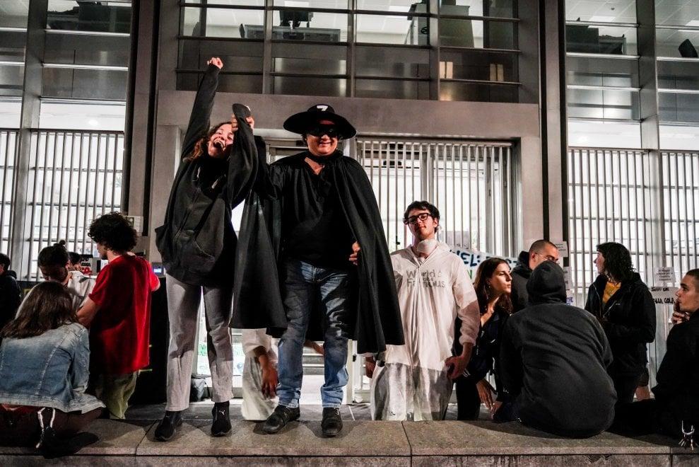 Milano, occupata la sede dell'Enel per lo sciopero del clima: nella notte arriva anche Zorro