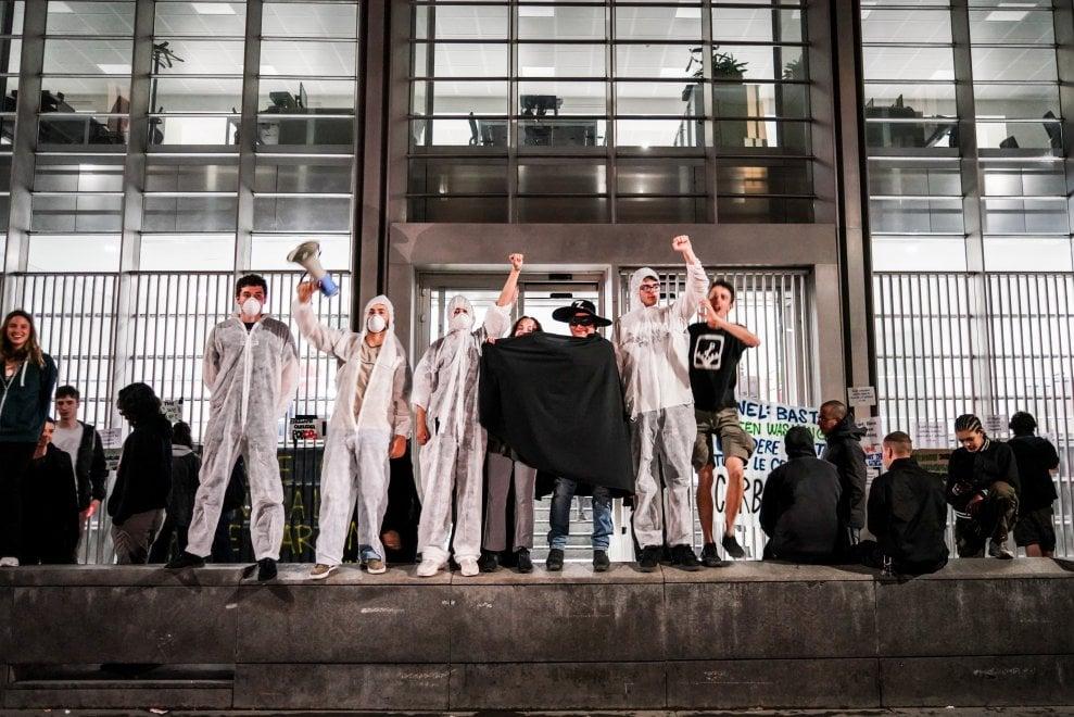 Milano, occupata la sede dell'Enel per lo sciopero del ...