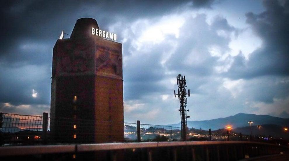 """Dopo 18 anni la scritta """"Bergamo"""" sulla Torre dei Venti si riaccende"""