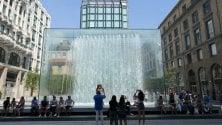 """Turista si tuffa nuda nella fontana dell'Apple store: """"Non pensavo che in Italia fosse vietato"""""""