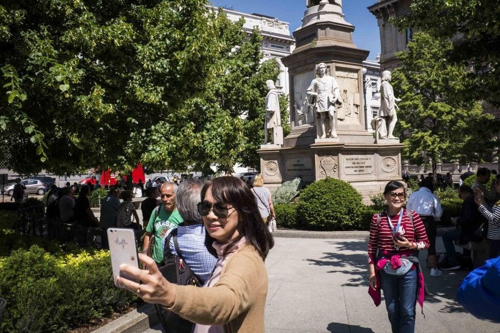 Milano, nuove aiuole in piazza Scala: ecco i fiori di Leonardo