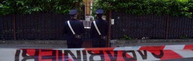 Uomo ucciso nel giardino di casa della ex fidanzata: accoltellato dal nuovo compagno