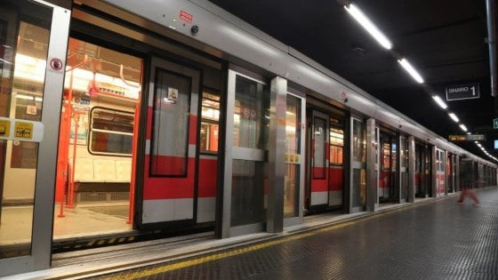 Milano, tira il freno d'emergenza per due volte: in tilt la linea 1 del metrò