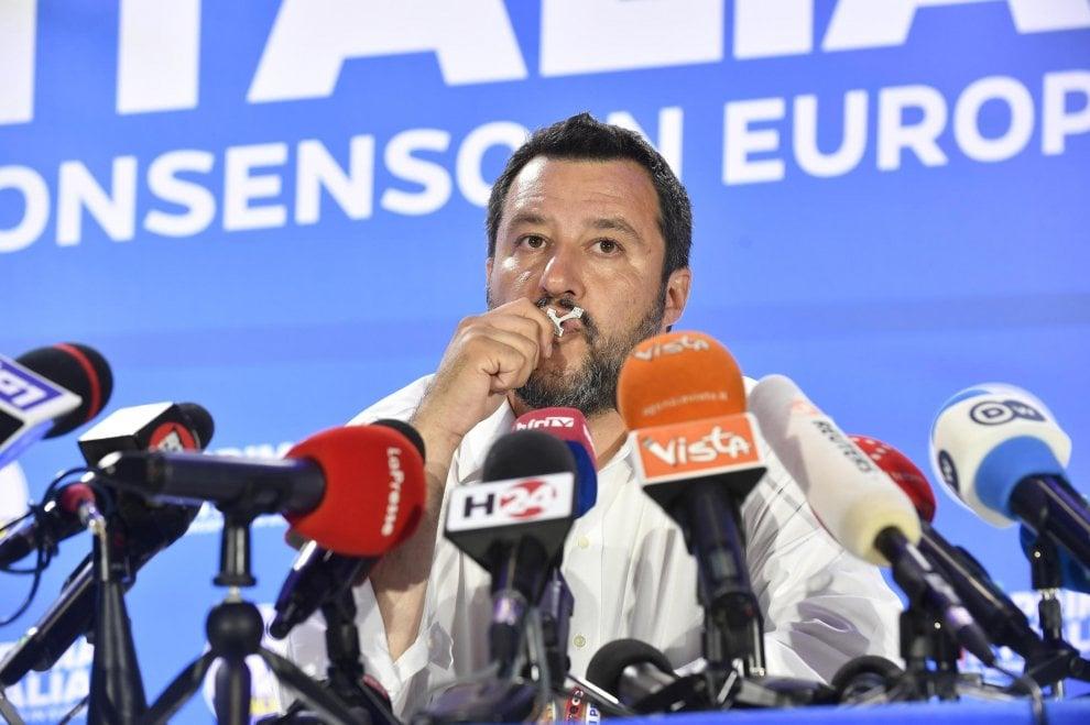 Europee: Salvini festeggia a Milano baciando il rosario