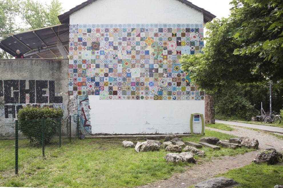 Milano come Lisbona: il murale di 700 azulejos a cascina Martesana