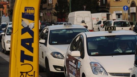 Taxi a Milano, troppe chiamate senza risposta: il Comune propone 500 nuove licenze, protestano i tassisti
