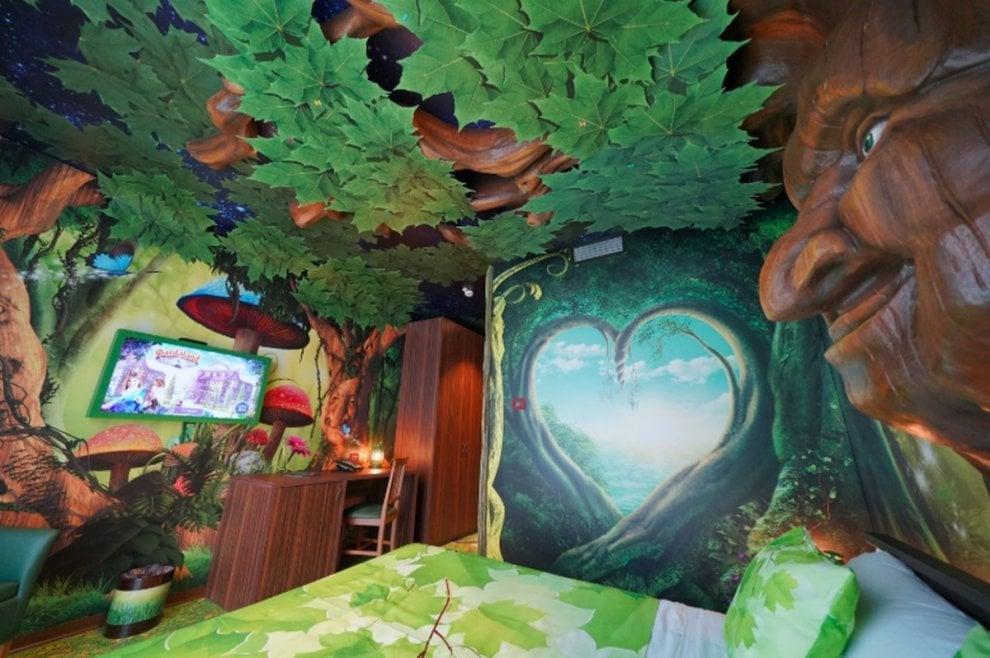 Specchi parlanti e foreste incantate: a Gardaland apre l'hotel dedicato alla magia
