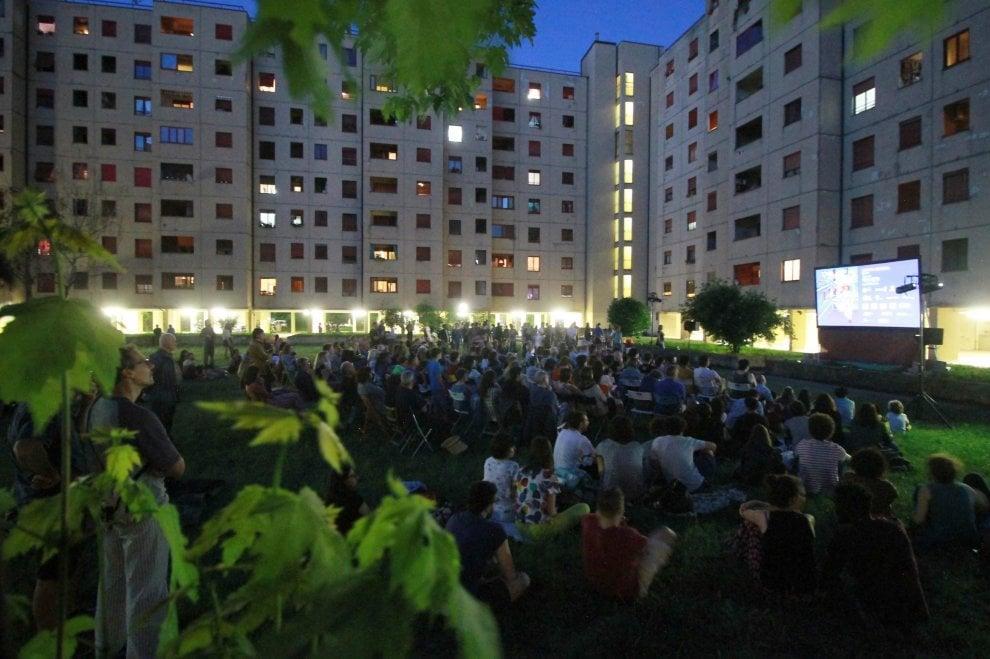 Il cinema di ringhiera a Milano: seggiole e cuscini per godersi i film nel cortile di casa