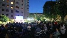 Cinema di ringhiera: seggiole e cuscini per godersi i film in cortile