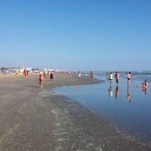 Salva la moglie gettandosi in mare, 83enne del Varesotto muore in vacanza a Rimini