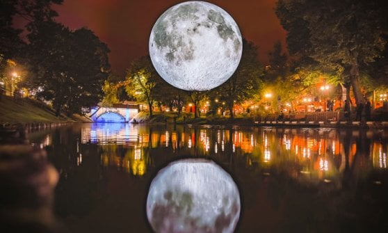 A Milano arriva la super luna: alla piscina Cozzi si nuoterà anche di notte sotto la mega installazione