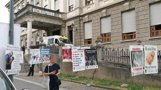 """Milano, cartelli contro l'aborto davanti alla clinica Mangiagalli: """"Chi li ha autorizzati?"""""""