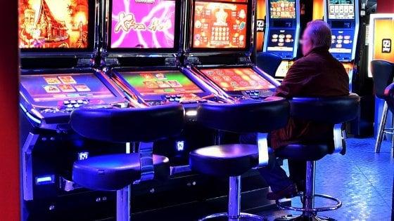Varese, minaccia con un'ascia e tenta di aggredire i clienti di una sala slot: arrestato