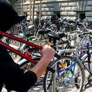 Brescia, banda di ragazzini ruba 15 bici per andare alla festa fine anno