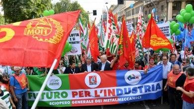 """Metalmeccanici in piazza: """"Investimenti  e tutela del lavoro contro le crisi""""    · Foto"""